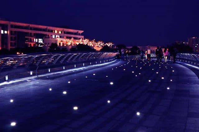 Lãng mạn đi dạo trên Cầu Ánh Sao