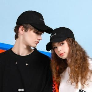 Yêu nhau nên mua đồ đôi gì ý nghĩa nhất - mũ đôi